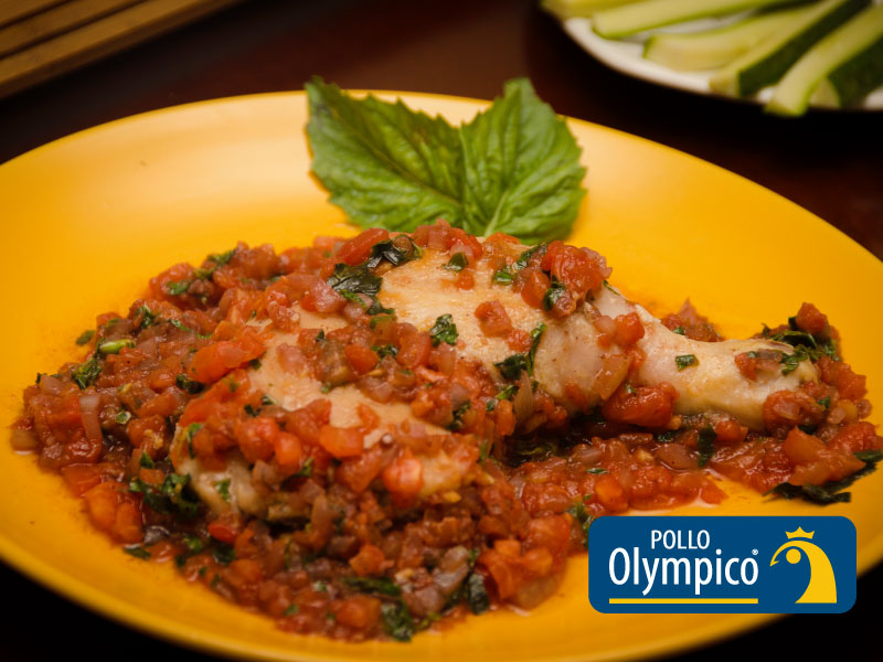 Pollo en salsa de tomate y albahaca
