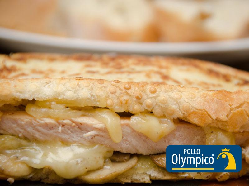 Sandwich de pollo con champiñones y queso gruyere