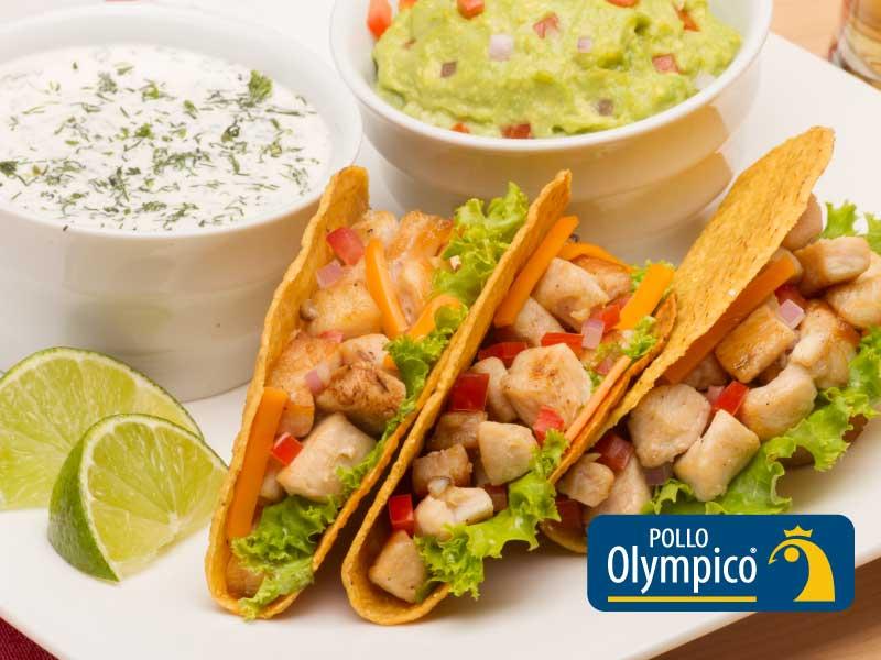 Tacos mexicanos de pollo con guacamole y sour cream
