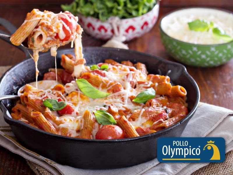 Pasta al horno con pollo, queso y tomate